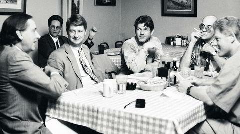 Politisk frikvarter. Jann Wenner (i midten) gjorde politikk trendy. I 1992 intervjuet han presidentkandidat Bill Clinton sammen med stjerneskribentene sine (fra venstre) William Greider, P.J. O'Rourke og Hunter S. Thompson.
