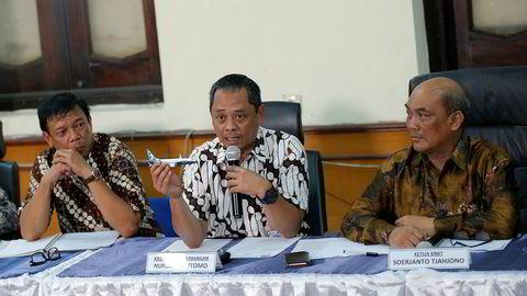 Indonesias nasjonale transportsikkerhetskommisjon la fredag fram sine funn etter å ha gransket Lion Air-ulykken i oktober i fjor. Her viser Nurcahyo Utomo fram en modell av Boeing-flyet som styrtet. Til høyre er kommisjonens leder Soerjanto Tjahjono. Foto: Tatan Syuflana / AP / NTB scanpix