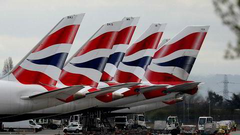 Fly fra British Airways står parkert på Heathrow utenfor London. Selskapet varsler at 12.000 stillinger kuttes. Foto: AP / NTB scanpix