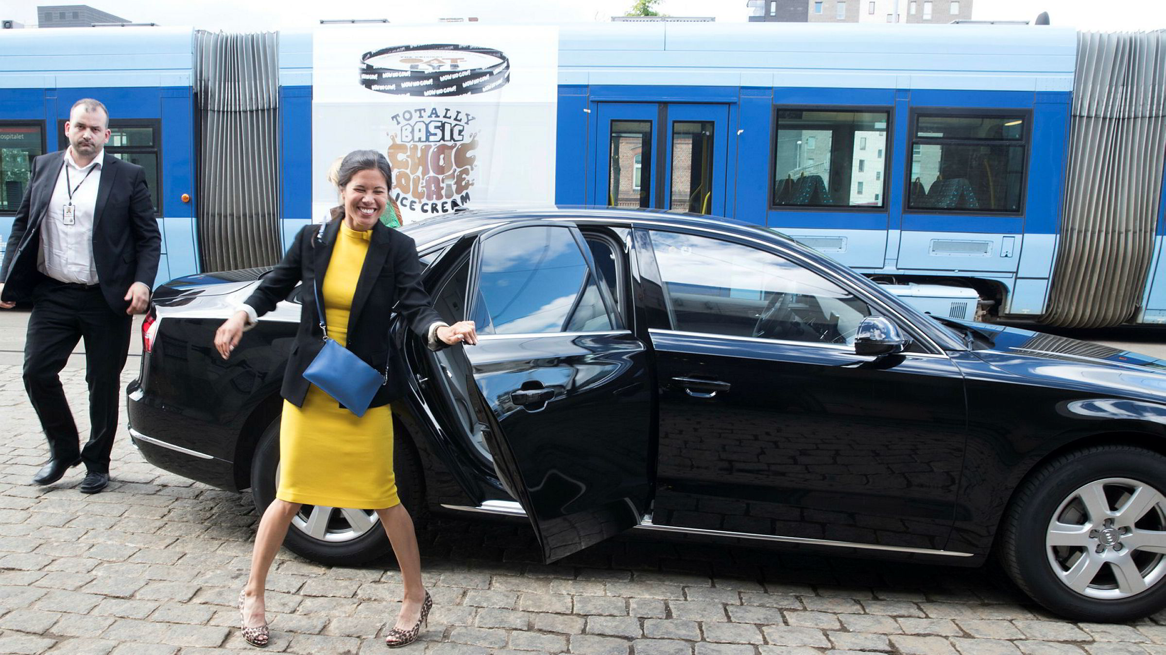 Miljøbyråd Lan Marie Nguyen Berg (MDG) i Oslo ankommer trikkestallen på Grefsen for å kunngjøre nytt trikkekjøp.
