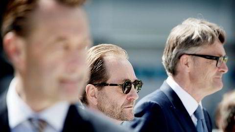 Akers storeier Kjell Inge Røkke (i midten) og Aker-sjef Øyvind Eriksen (til høyre) har fått merke koronakrakket på Oslo Børs. I forgrunnen Røkkes gamle makker Bjørn Rune Gjelsten.