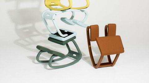 La det svinge. Den ergonomiske stolen Balans har vært korsryggens venn i 40 år. Jubileet markeres med en monokrom variant – og en formaning fra dens skaper om å ikke bli sittende på stolen for lenge.