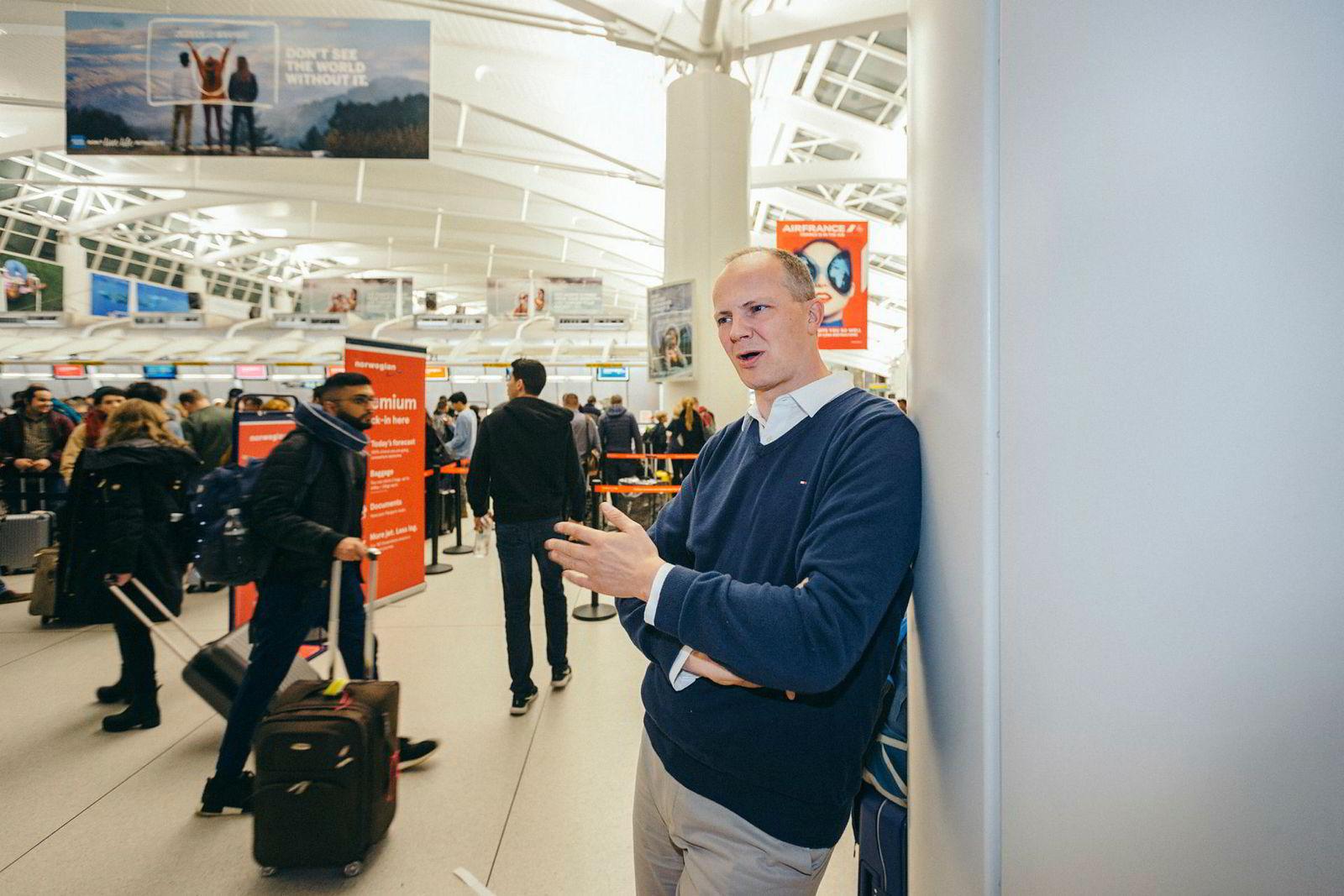 Flyselskapet Norwegian er både stor eier og viktigste kunde for flybemanningsselskapet OSM Aviation. Ketil Solvik-Olsen er på plass for å åpne en pilotskole – blant annet for å rekruttere til Norwegian.