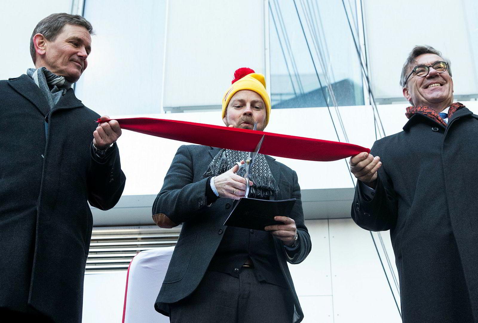 Næringsminister Torbjørn Røe Isaksen (midten), Orkla-konsernsjef Peter A. Ruzicka (til venstre) og styreleder Stein Erik Hagen var alle i godt humør under avdukingen av statuen ved åpningen av Orklas nye 16.-etasjers bygg på Skøyen.