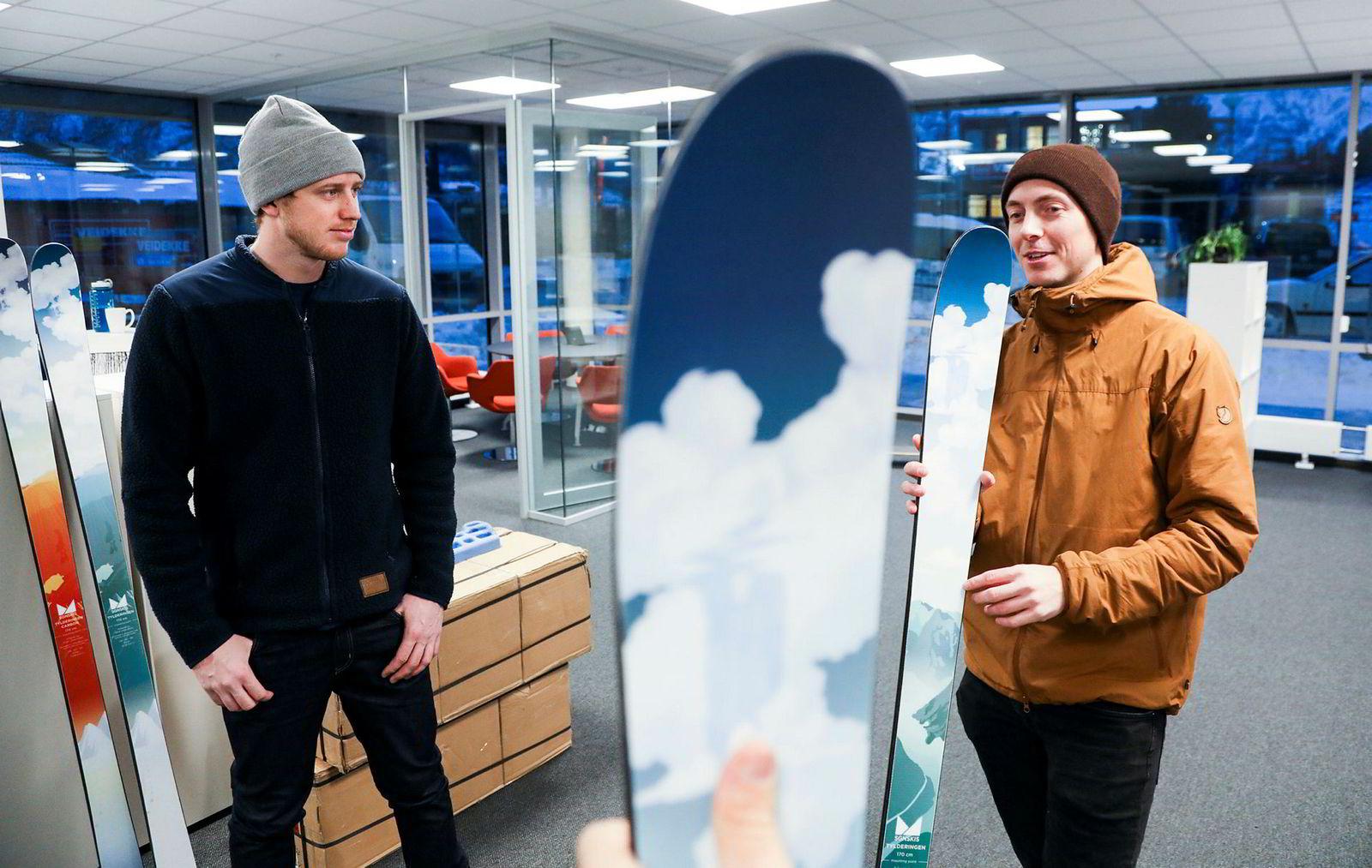 Markedssjef Bård Basberg (til venstre) og gründer og styreleder Tore Frimanslund i SGN Skis med et skipar i kontorfellesskapet som huser flere gründerbedrifter i fotballstadion til Sogndal.