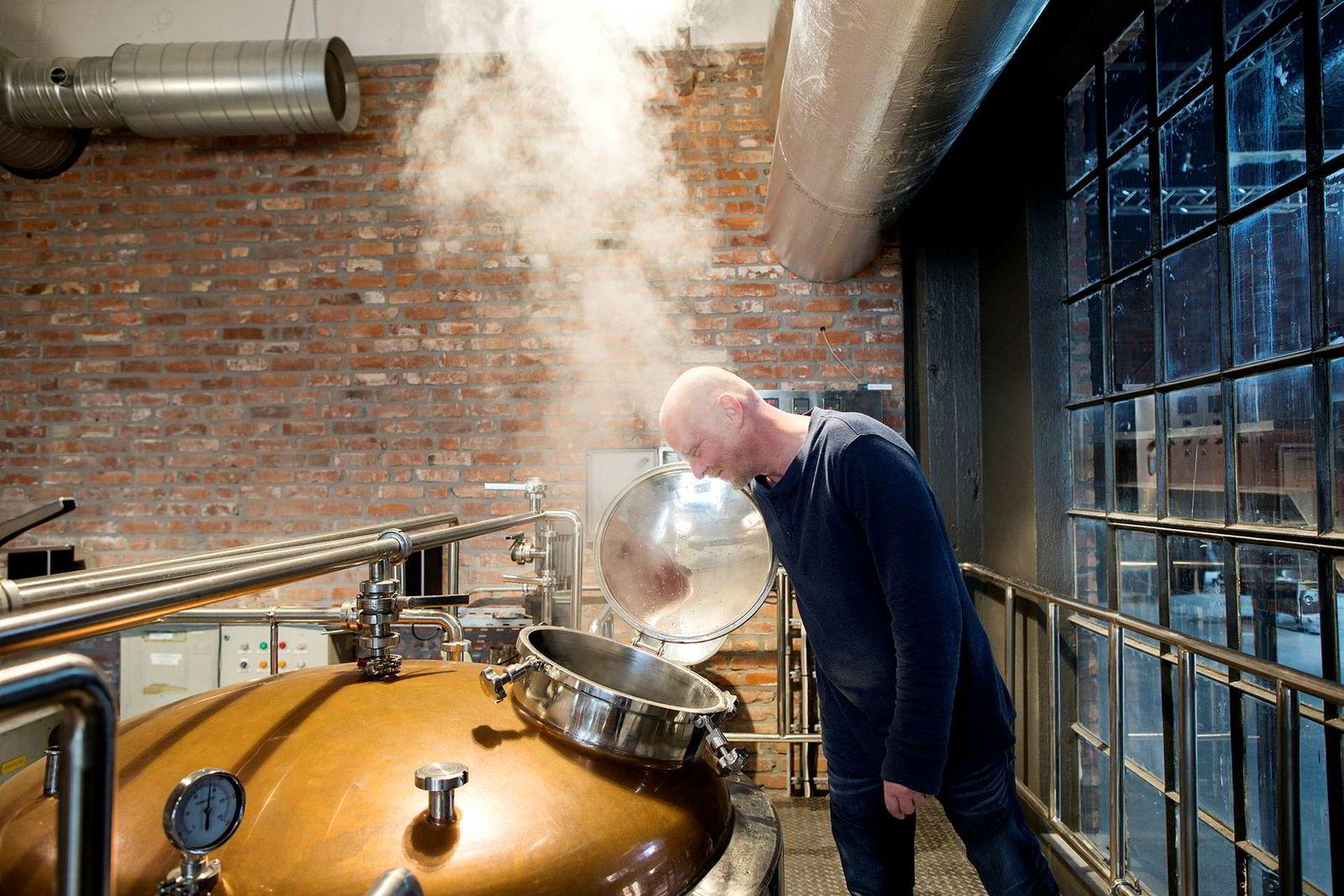 Bryggmester Gunnar Roan sjekker tankene før nytt øl skal brygges. Målet var å selge 12.000 liter øl første året. De endte opp med 40.000 liter.