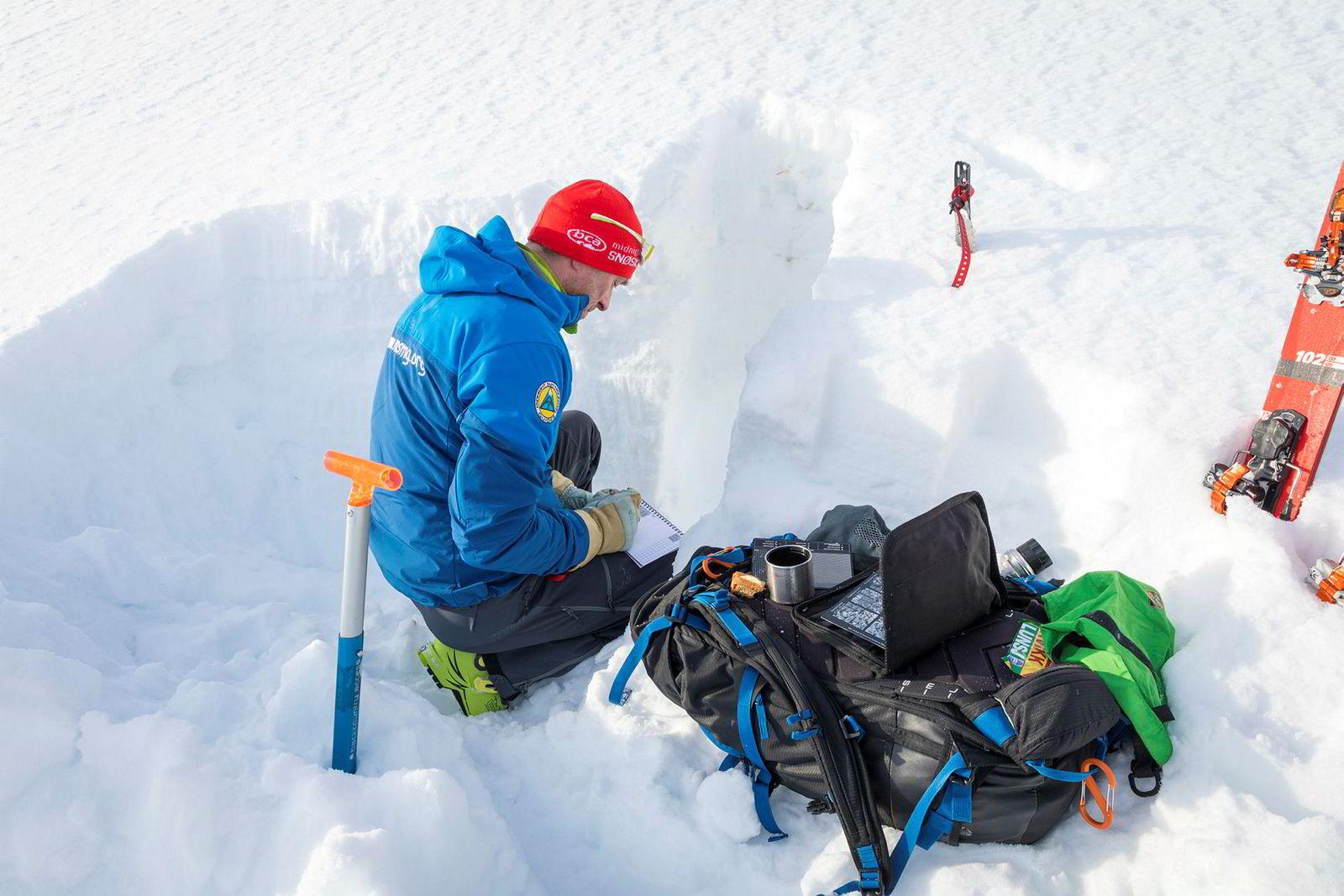 Å tolke snøprofiler og hvor mye belastning snølagene tåler er krevende selv for dem som er eksperter. Dette er arbeidspulten til Rognmo på observasjonstur.
