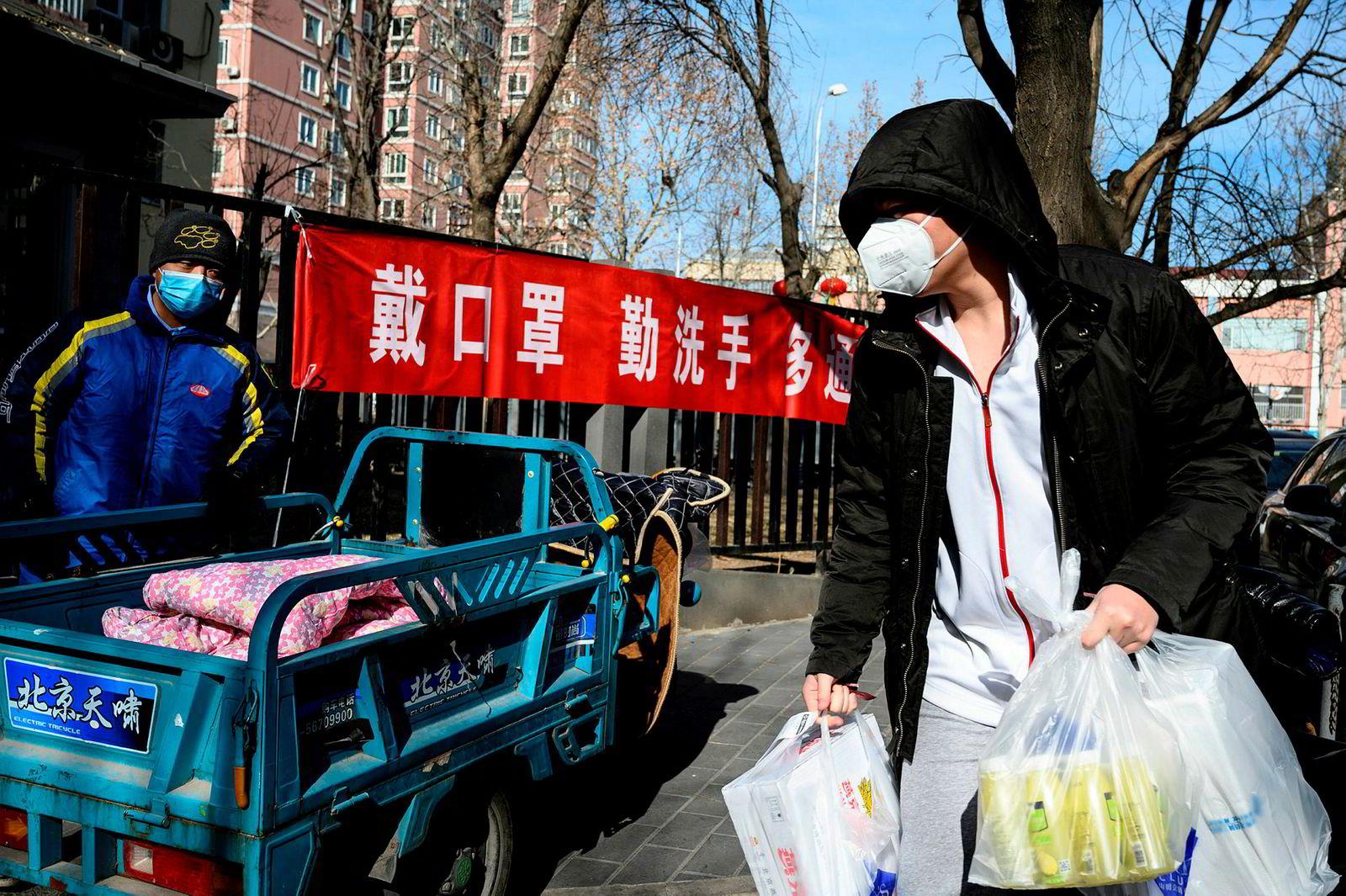 De kinesiske markedene forsøker å gjenåpne etter å ha holdt stengt. Kinesiske fabrikker vil holde stengt i deler av februar. Antall smittede fra det nye coronaviruset (Wuhan-viruset) har økt kraftig de siste dagene. Her fra hovedstaden Beijing.