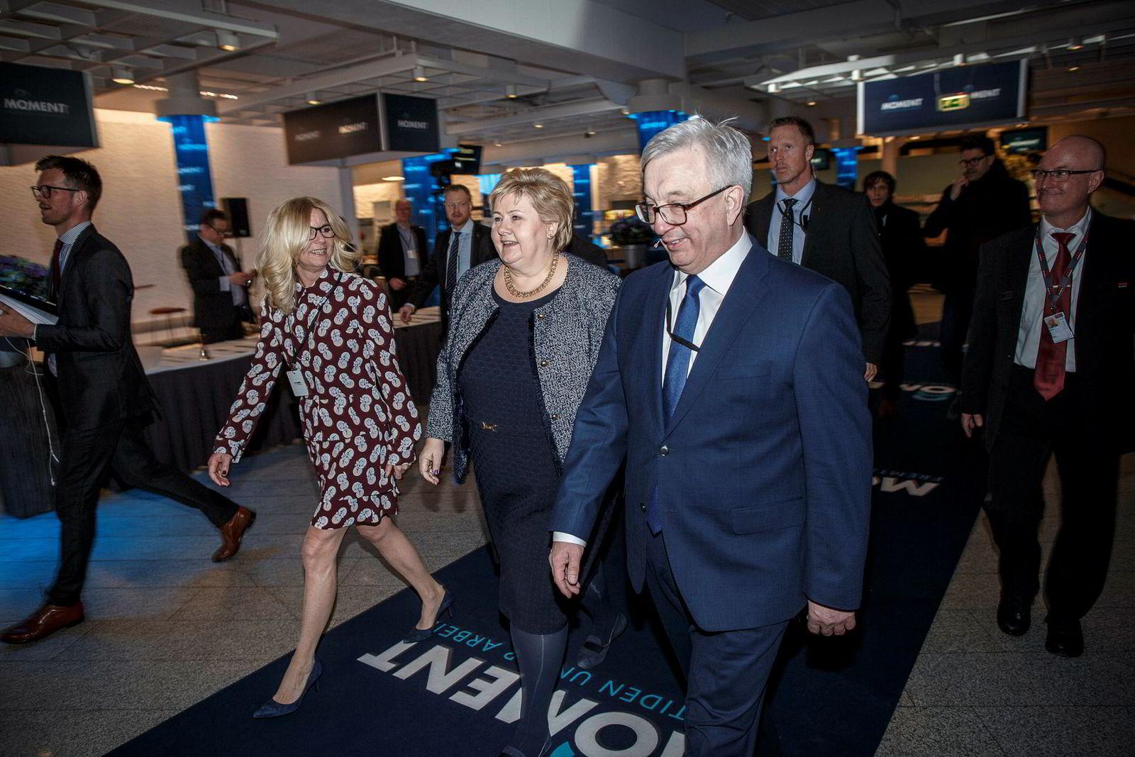 Leder Karl Eirik Schjøtt Pedersen (til høyre) i bransjeforeningen Norsk olje og gass hadde torsdag statsminister Erna Solberg som gjest under sin årskonferanse, der innovasjonstakten i næringen var et tema. Styreleder Kristin Færøvik til venstre.