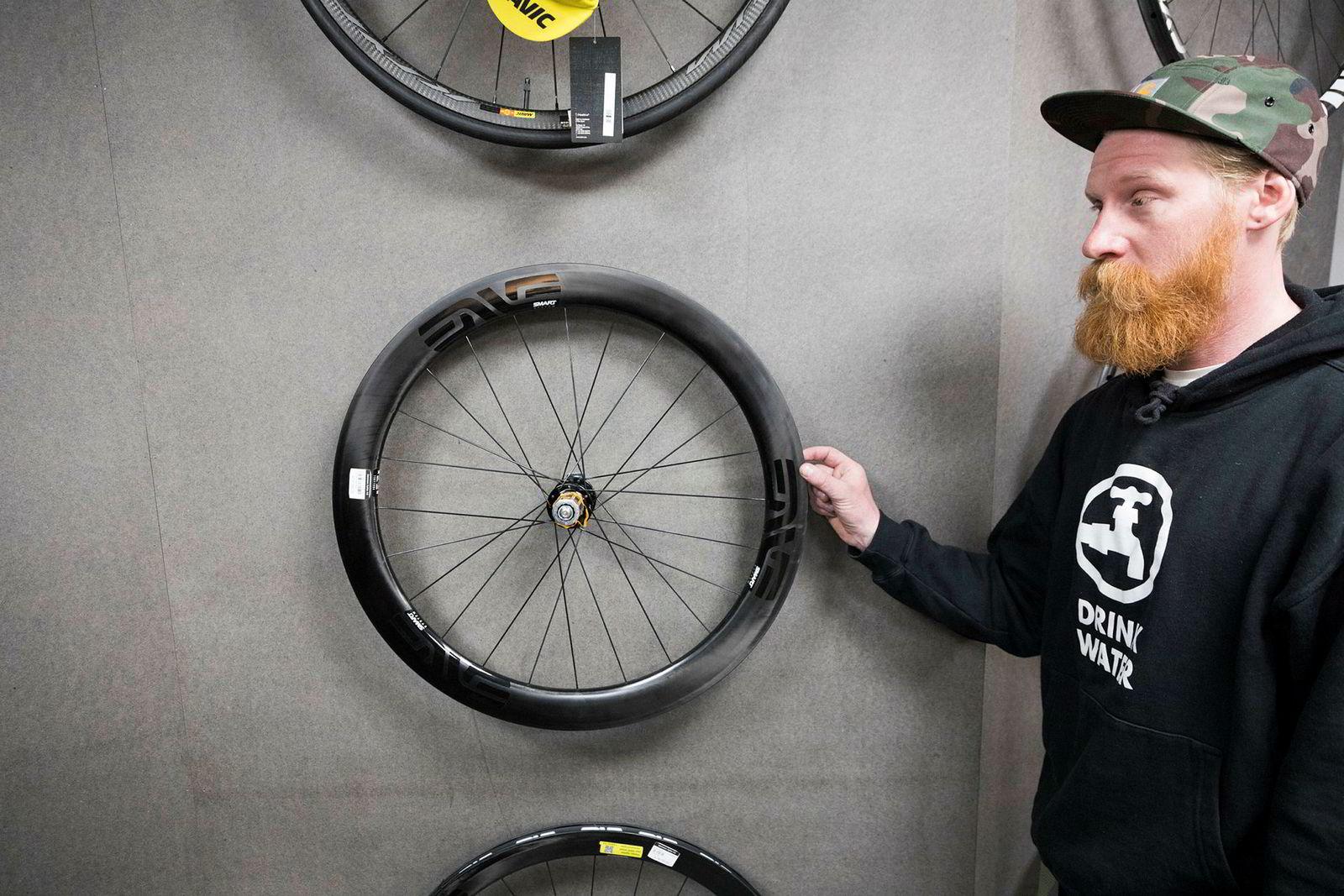 Daglig leder Jonas Strømberg hos Sørensen Sykler selger mange dyre hjulsett, slik som dette fra Enve til 31.000 kroner.