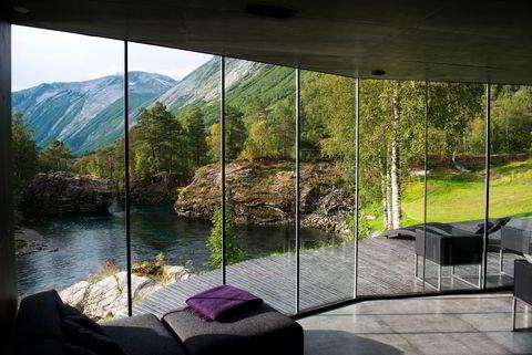 Landskapsrom med utsikt rett ut i naturen. Arkitektene bak Juvet landskapshotell er Jensen & Skodvin.