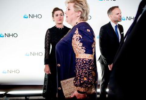 Statsminister Erna Solberg ankom torsdag kveld festmiddagen i anledning NHOs årskonferanse i Oslo Spektrum. Her hilser hun på NHOs Kristin Skogen Lund og Tore Ulstein.