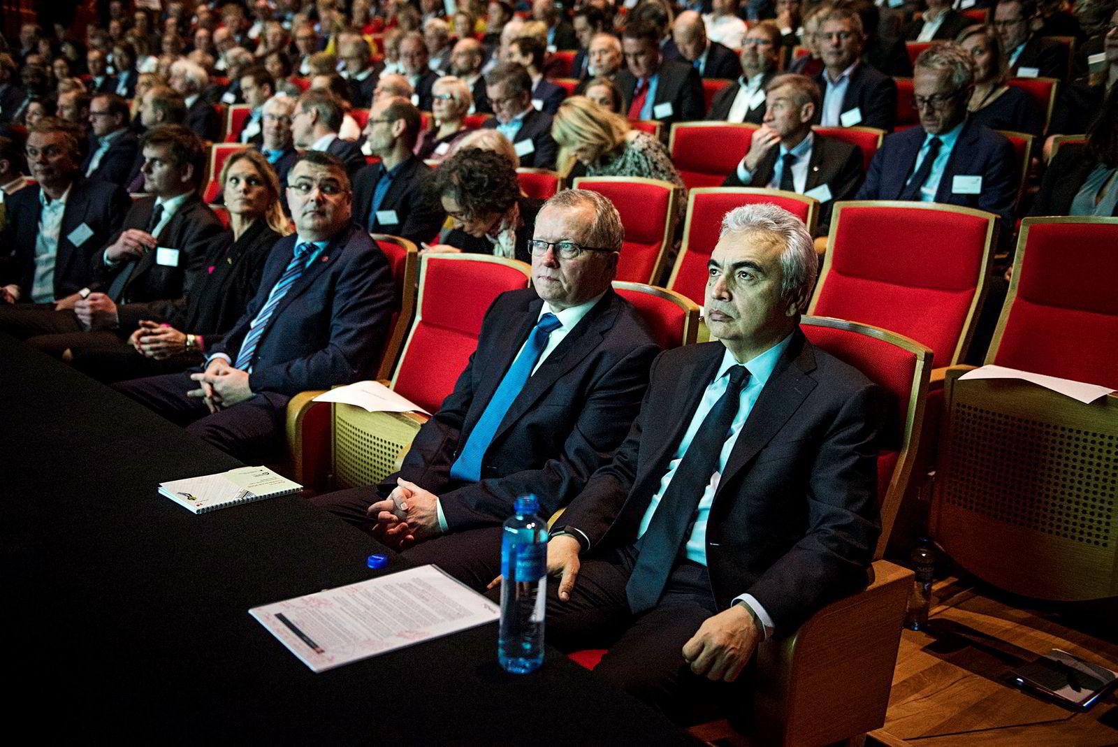 Fatih Birol (til høyre), er en av hovedgjestene på Equinors høstkonferanse. Her er han sammen med Equinors konsernsjef Eldar Sætre.