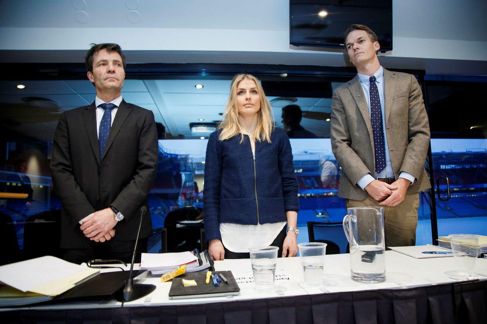 Therese Johaug sammen med sine advokater Christian B. Hjorth (tv) og Mikkel Toft Gimse (t.h) før høringen i dopingsaken på Ullevaal stadion i januar.