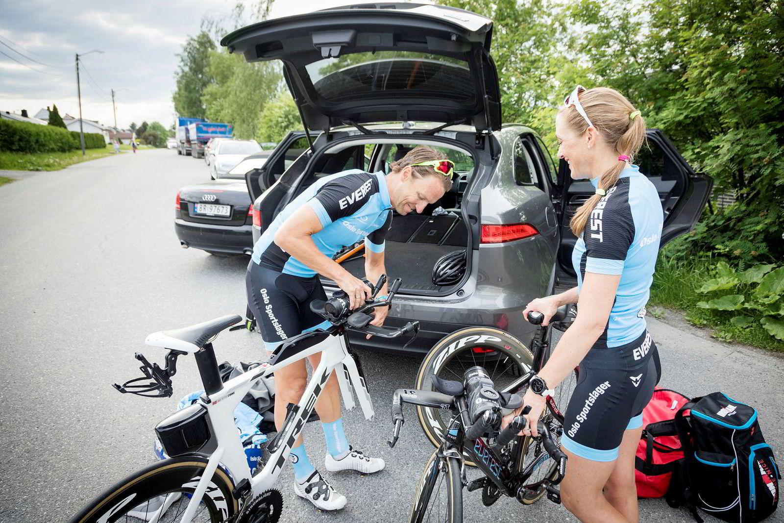 Trude Wermskog Stormo og Lars Petter Stormo trener de fleste øktene sammen. Ofte starter sykkeløktene hjemmefra.