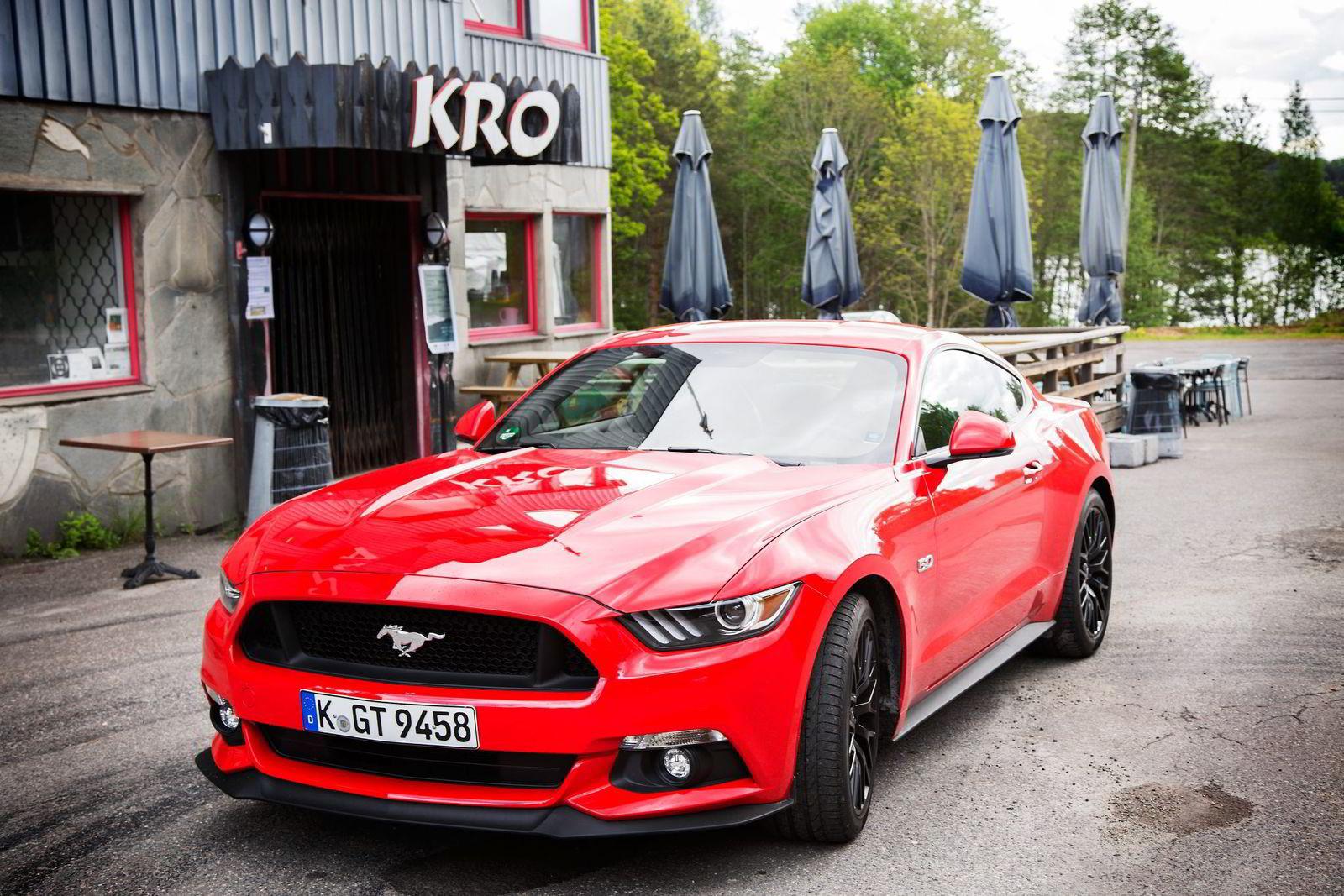 Sagnomsuste Ford Mustang blir endelig å se på norske veier, om enn i få eksemplarer. Mens bilen er prisen til rundt 300 000 kroner i USA, tipper den millionen med norske skilter.