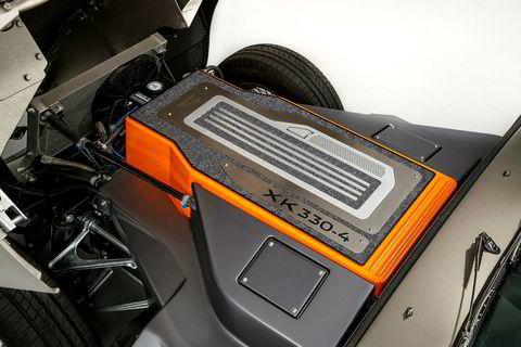 Batteriet og motoren har samme størrelse og vekt som original-sekseren som bilen kom med.
