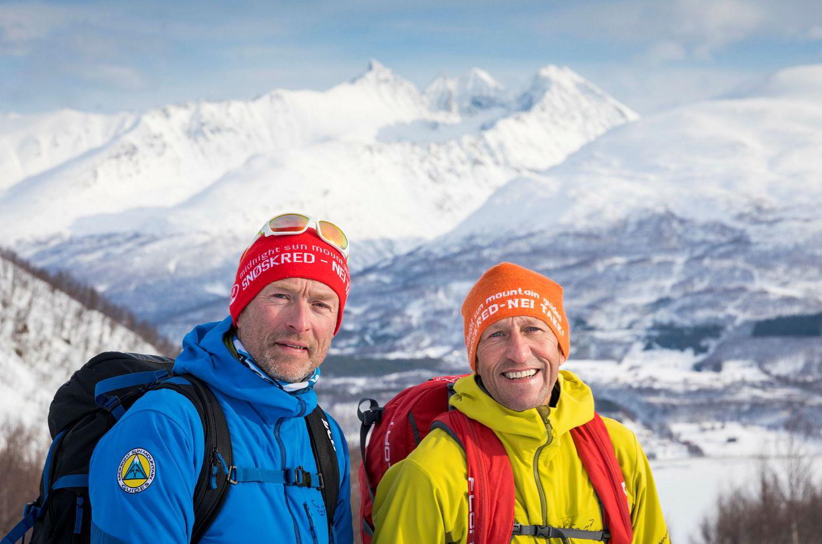 Espen Nordahl ved Nasjonalt kompetansesenter for snøskred i Tromsø (t.h.) og Torben Rognmo som er en av de faste rapportørene til skredvarslingen Varsom.no, på vei opp til Tromsdalstinden.