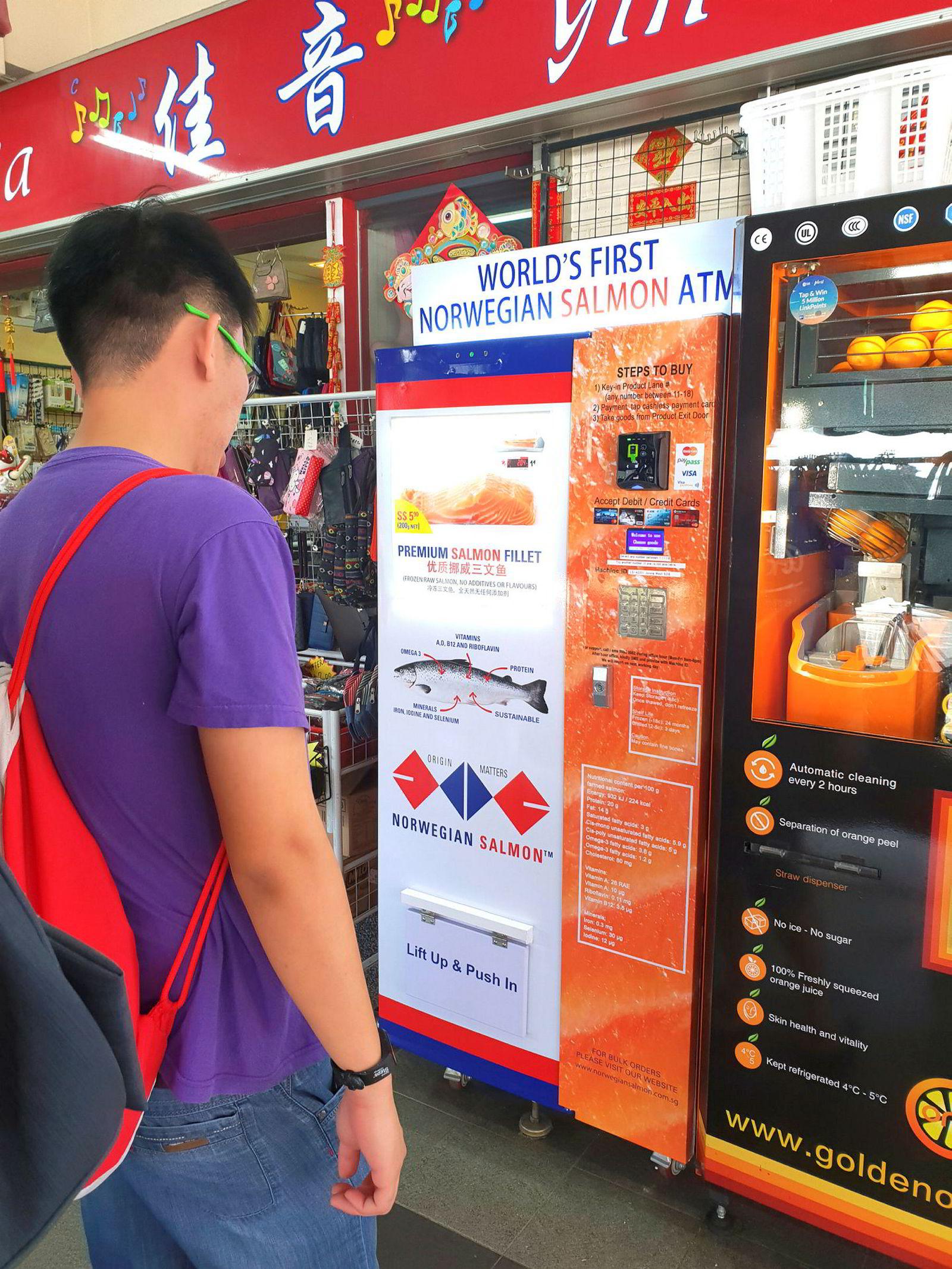 Lakseautomatene skal tilby praktisk fisk i farta til innbyggerne i Singapore. Banken utsteder 200 grams porsjoner med fryst laks.
