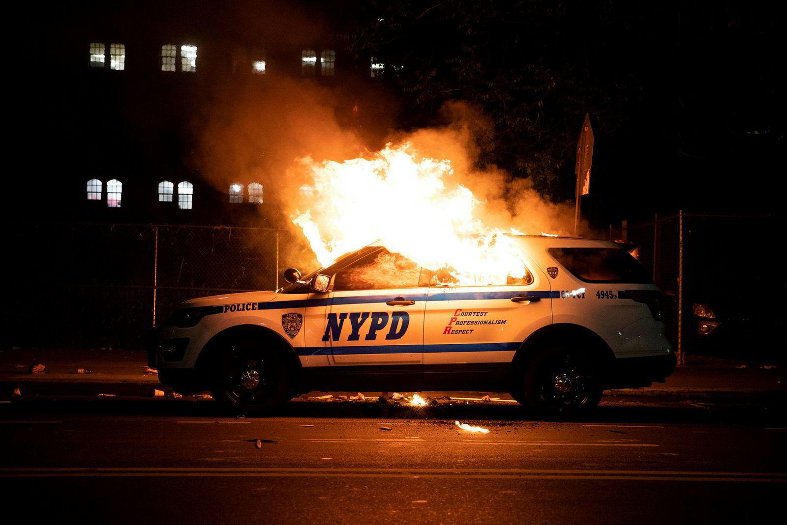 En politibil i New York sto i flammer etter demonstrasjoner i byen lørdag kveld.