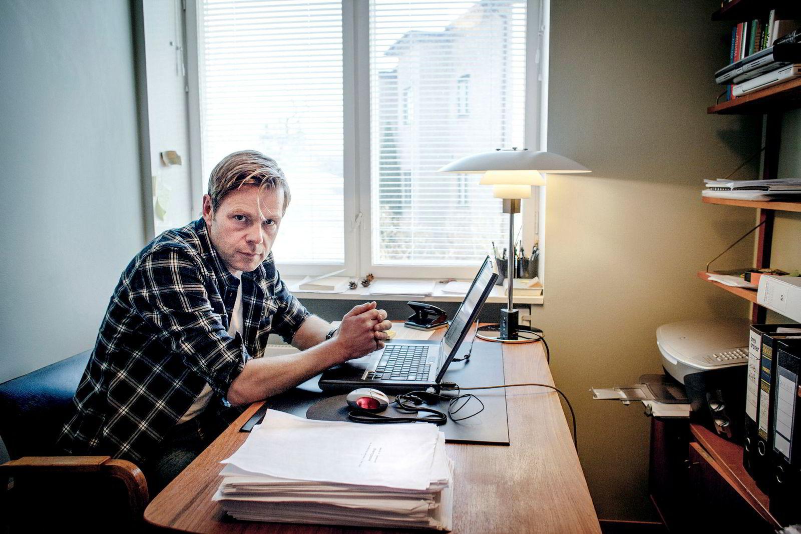 Forfatter Henrik Langeland fikk i 2014 i oppdrag å skrive historien om Aker. Nå har konsernet publisert boken på egne nettsider, en uke før den er på plass i butikken.
