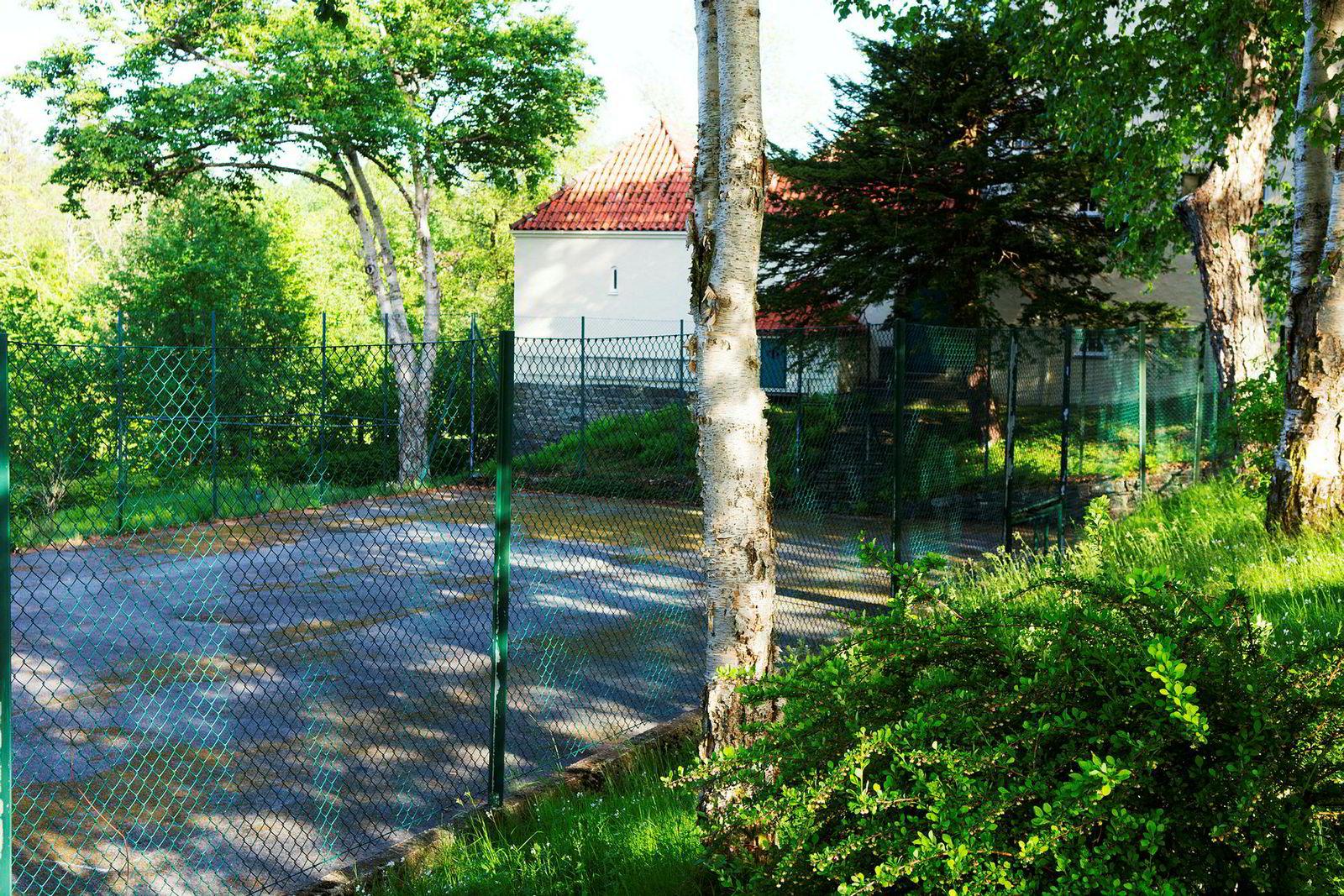 På eiendommen er det tennisbane og strandlinje.