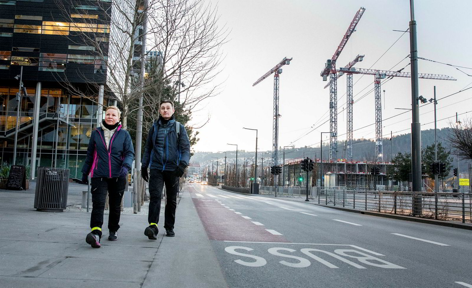 Bente og Christopher Jacobsen går til jobb fra Karlsrud til Homansbyen hver dag. Dette startet de med for syv år siden, da de fikk jobb samme sted. Også i helgene går de en mil hver dag i skogen.