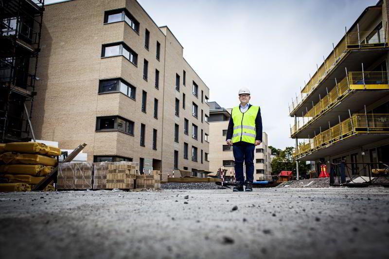 Administrerende direktør Baard Schumann i Selvaag Bolig foran et boligprosjekt under bygning.