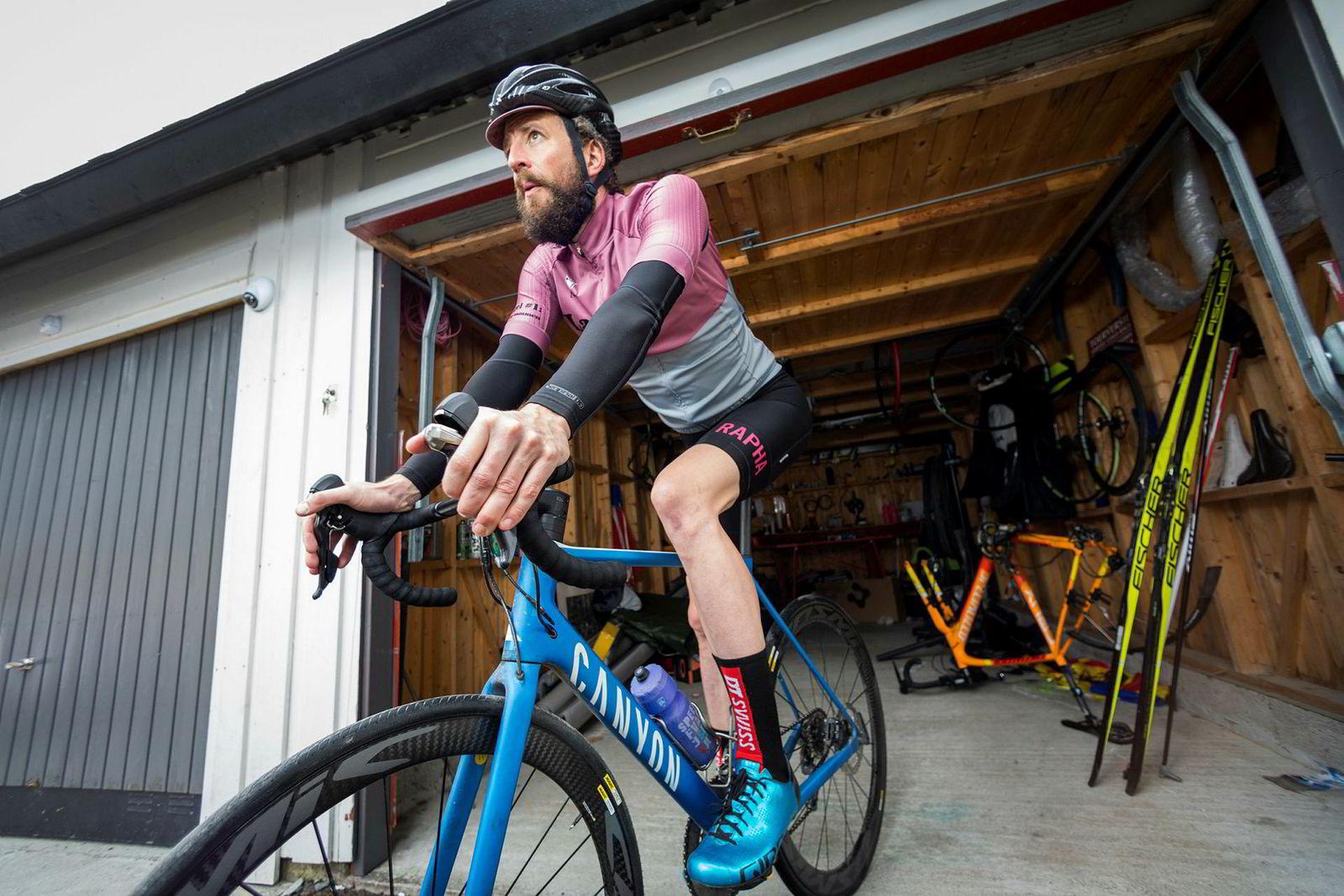 Henrik Alpers har satt vekk skiene og er på vei ut av garasjen, klar for våren med glattbarberte sykkelben. Nå etter 15 år med høvel har han for lengst landet på at hårete ben på sykkelen bare ser helt feil ut.