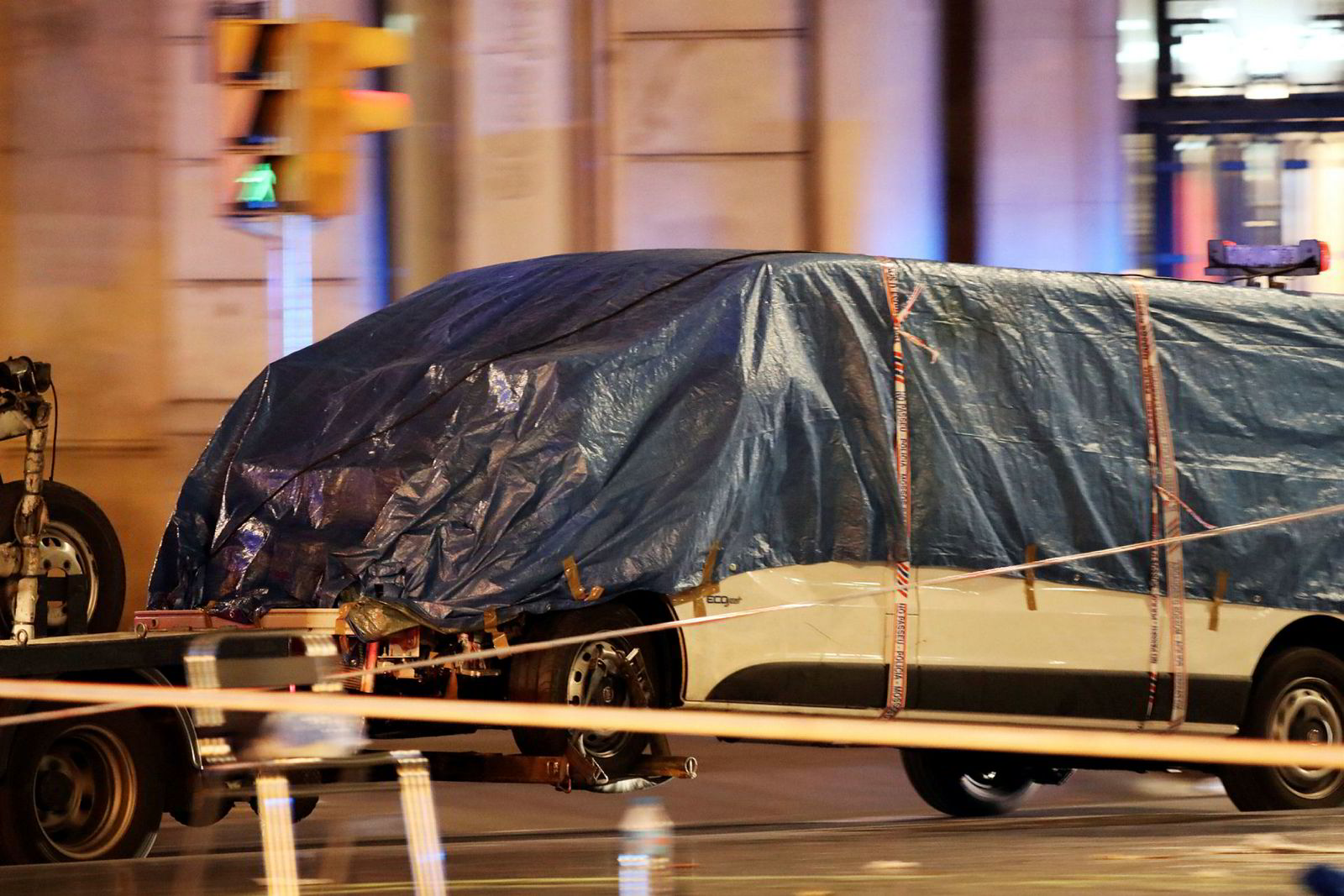 Dødsbilen taues vekk fra La Rambla.