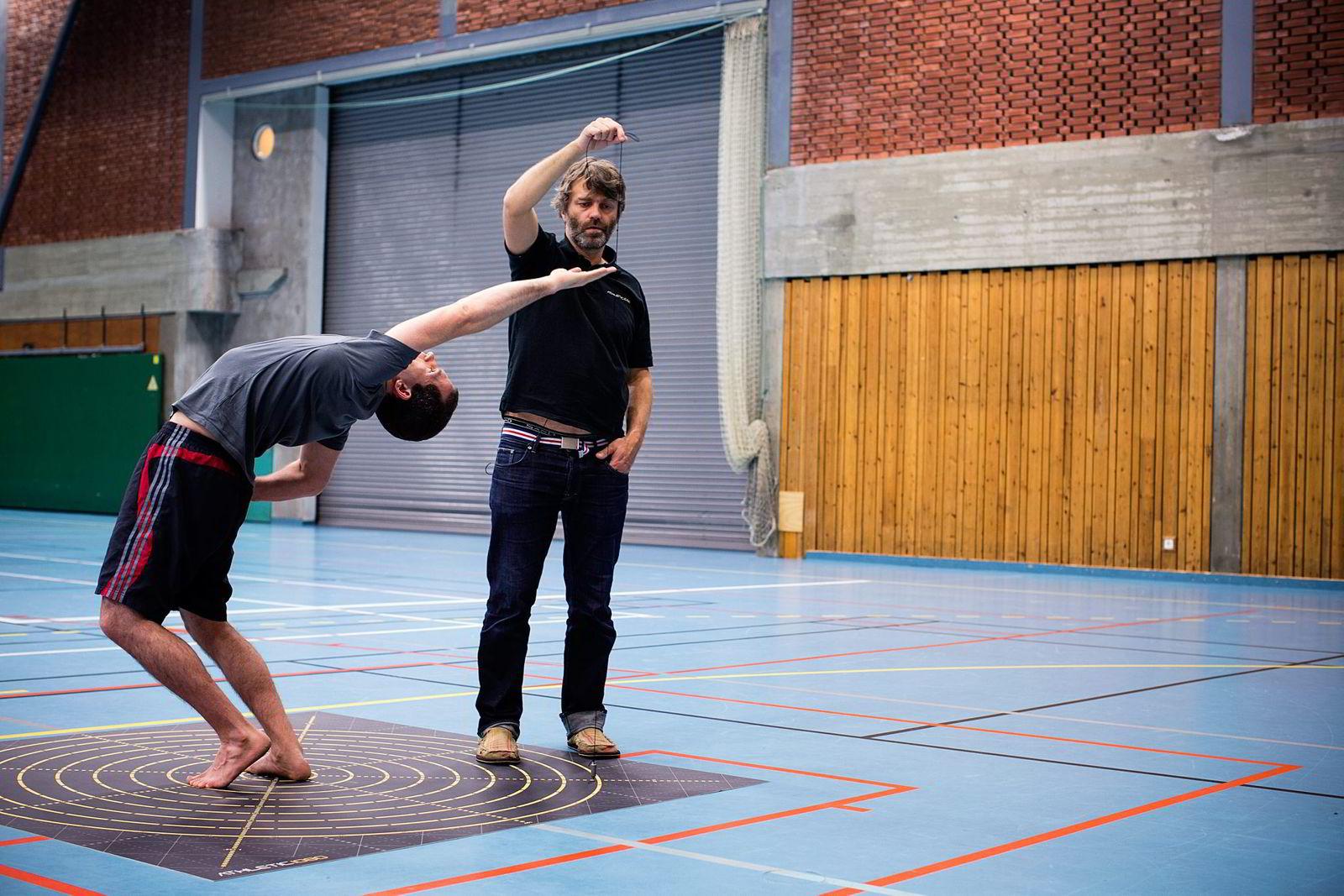 UTVIKLER. Ola Eriksrud (til høyre) har vært med på utviklingen av testsystemet som allerede er blitt godt mottatt i internasjonale toppidrettsmiljøer. Her er det kickbokser André Hellesvik som blir testet. Foto: