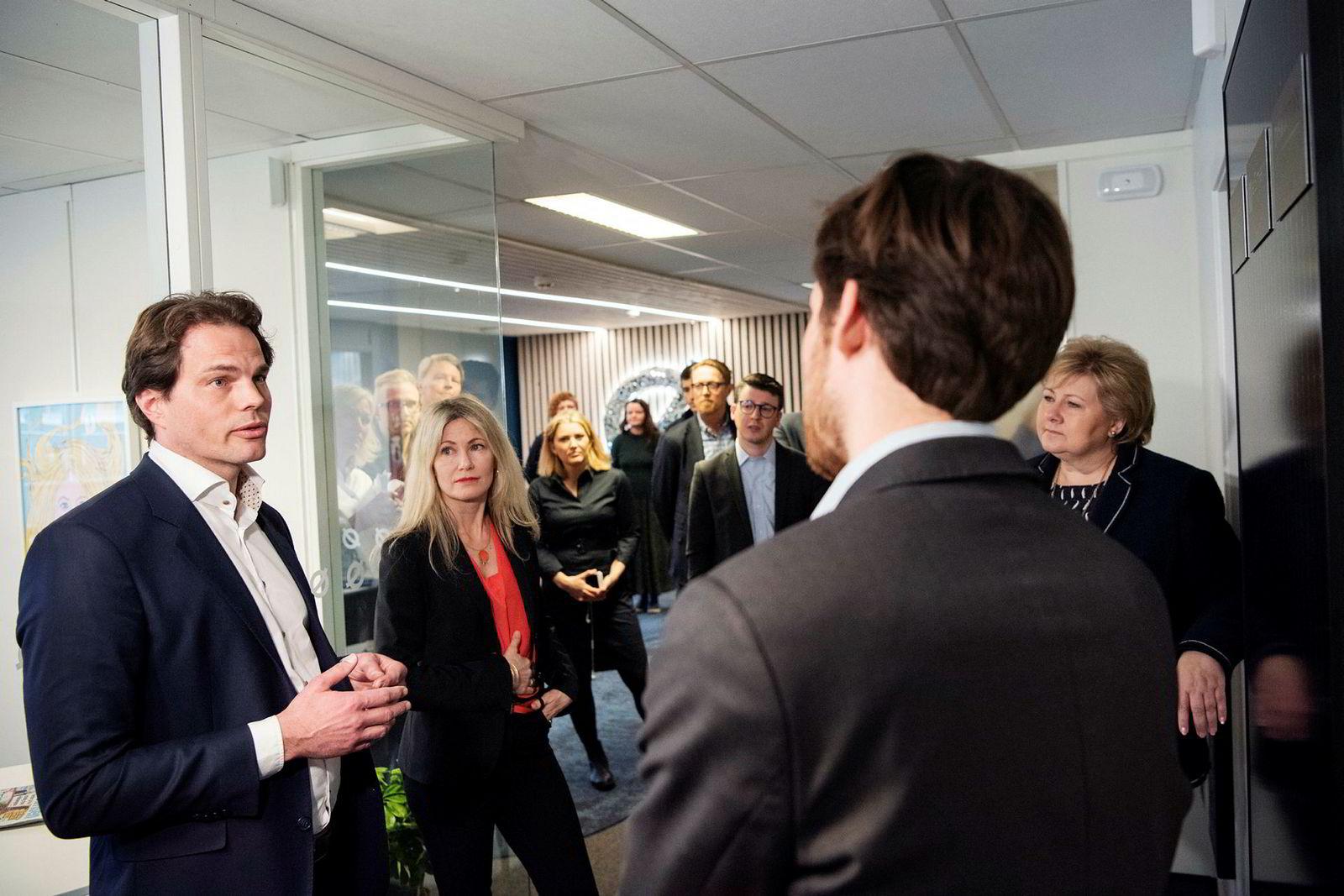 Erik Fossum Færevaag (til venstre) fra Disruptive Technologies fikk tirsdag 20 millioner kroner fra statens klimainvesteringsfond Nysnø ved Nysnø-sjef Siri Kalvig (i midten). Statsminister Erna Solberg (til høyre) fikk innføring i teknologien sammen med Nysnøs investeringsdirektør Eivind Egeland Olsen (med ryggen til).