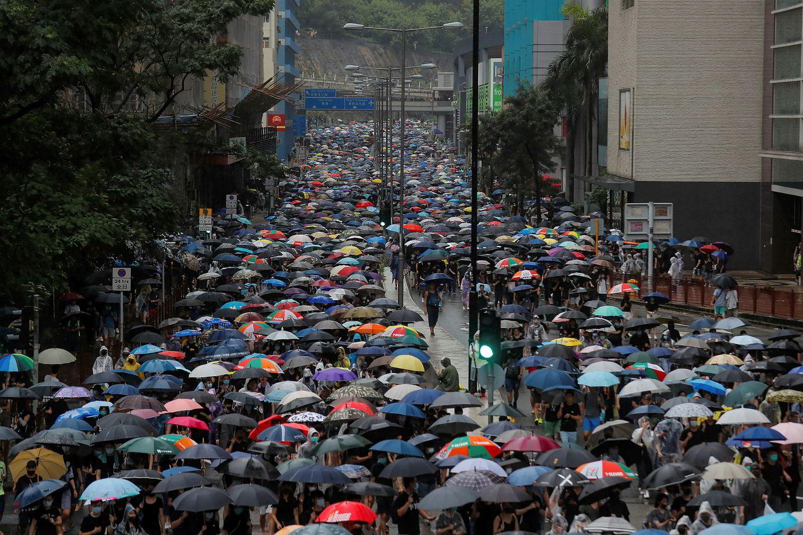 Tusenvis av demonstranter tok til gatene søndag i Hongkong. Paraplyene beskyttet demonstrantene mot regnet, men mange brukte de også som skjold mot politiets tåregass. Søndag benyttet politiet seg for første gang av vannkanoner i et forsøk på å bryte opp demonstrasjonene.