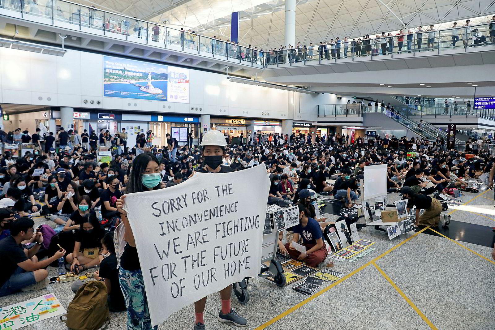 For andre dag på rad blokkerte demonstrantene avgangshallen på flyplassen i Hongkong, noe som førte til at alle flyavganger ble innstilt.