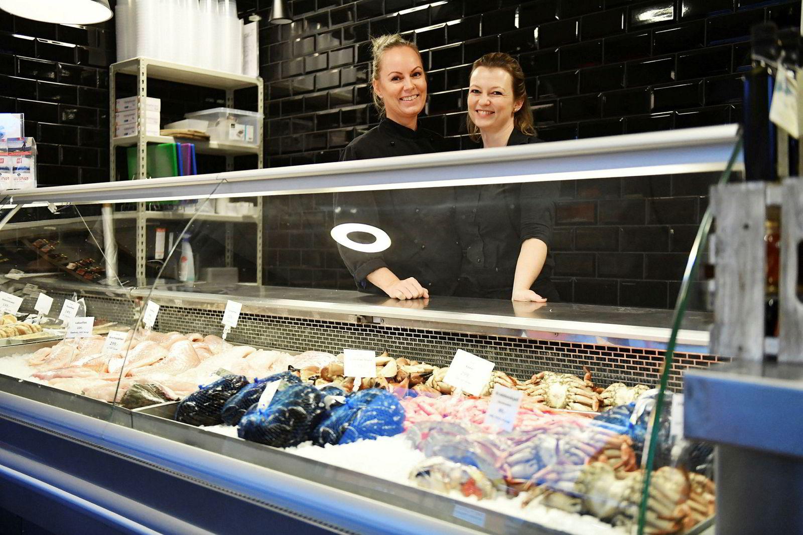 Ut fra sjømatgrossisten Sjømatkompaniet sprang Fisketorget restaurant i Ålesund som både er fiskebutikk og restaurant. Her er hovedeier Fride Fiskerstrand sammen med restaurantsjef Anita Bendiksen Rogne.