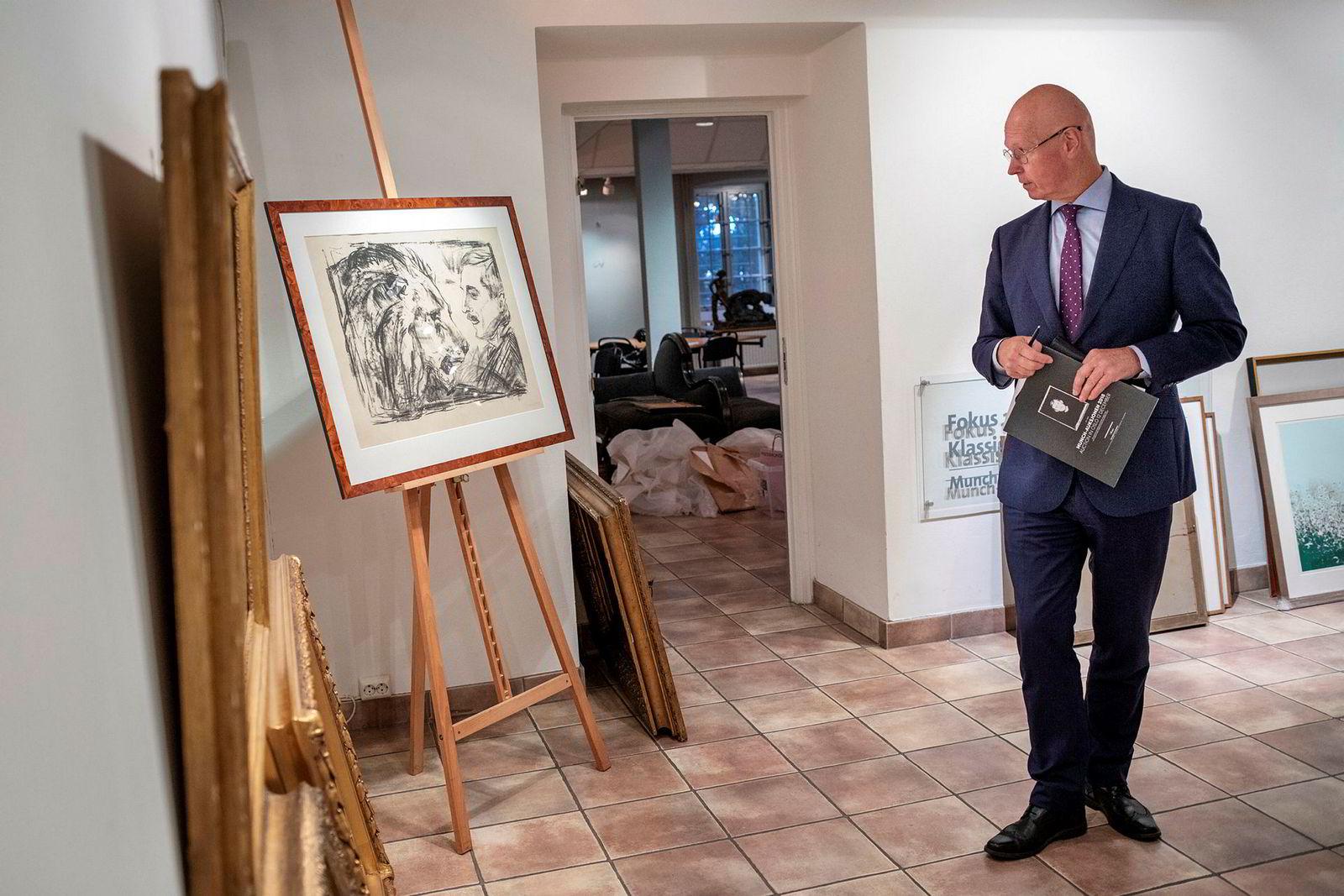 Hans-Richard Elgheim i Grev Wedels Plass Auksjoner ser på Munch-trykket «Løvetemmeren». En annen versjon av trykket gikk for 175.000 kroner under auksjonen onsdag.