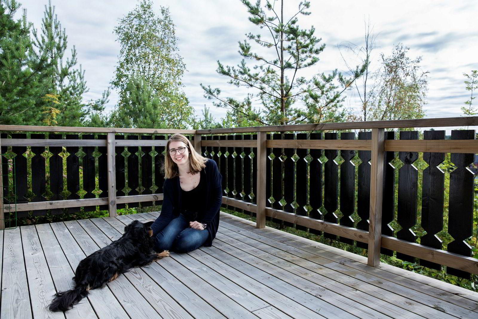 Julie Eldøy (22) fra Oppegård er lettet og fornøyd over å ha kommet inn på førstevalget Informatikk: digital økonomi og ledelse ved UiO. Her sammen med hunden Pondus.