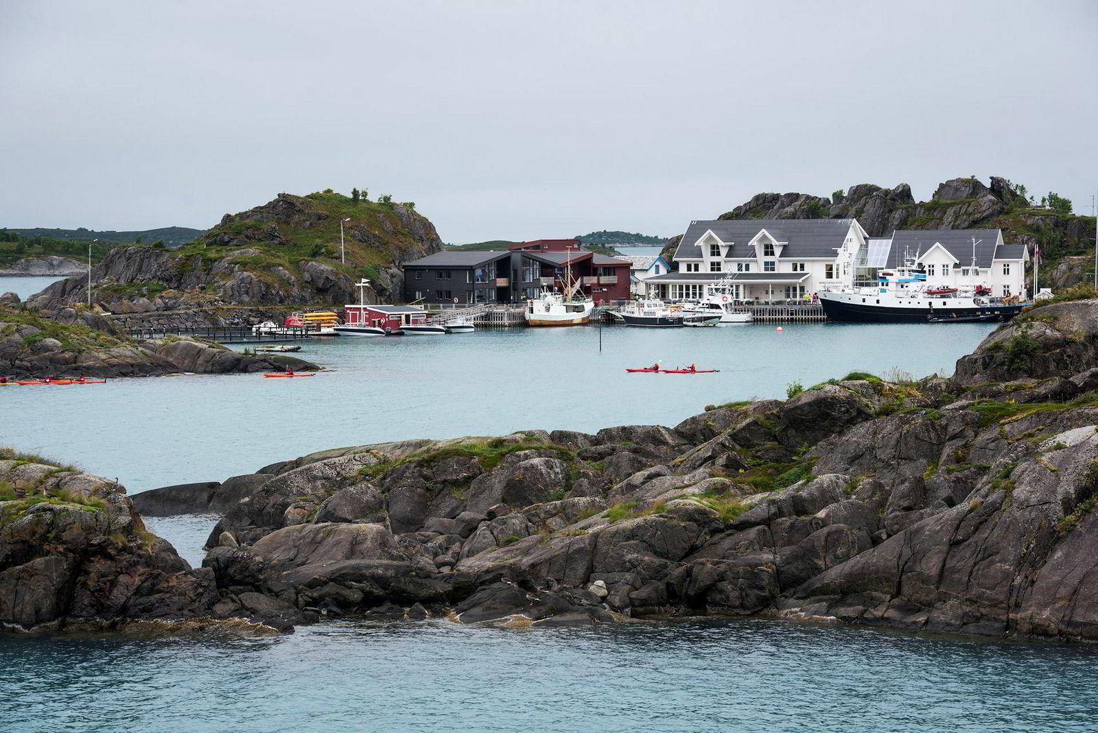 Ytterst på Senja har reiselivsgründer Ole Henning Fredriksen bygget opp et hotell som har spesialisert seg aktivitetsturisme. Mellom 100 holmer og sylspisse fjell kan turistene klatre, dykke, rafte, fiske og padle til korallhvite strender i turkisblått hav, og komme tett på havørn og monsterkveiter.
