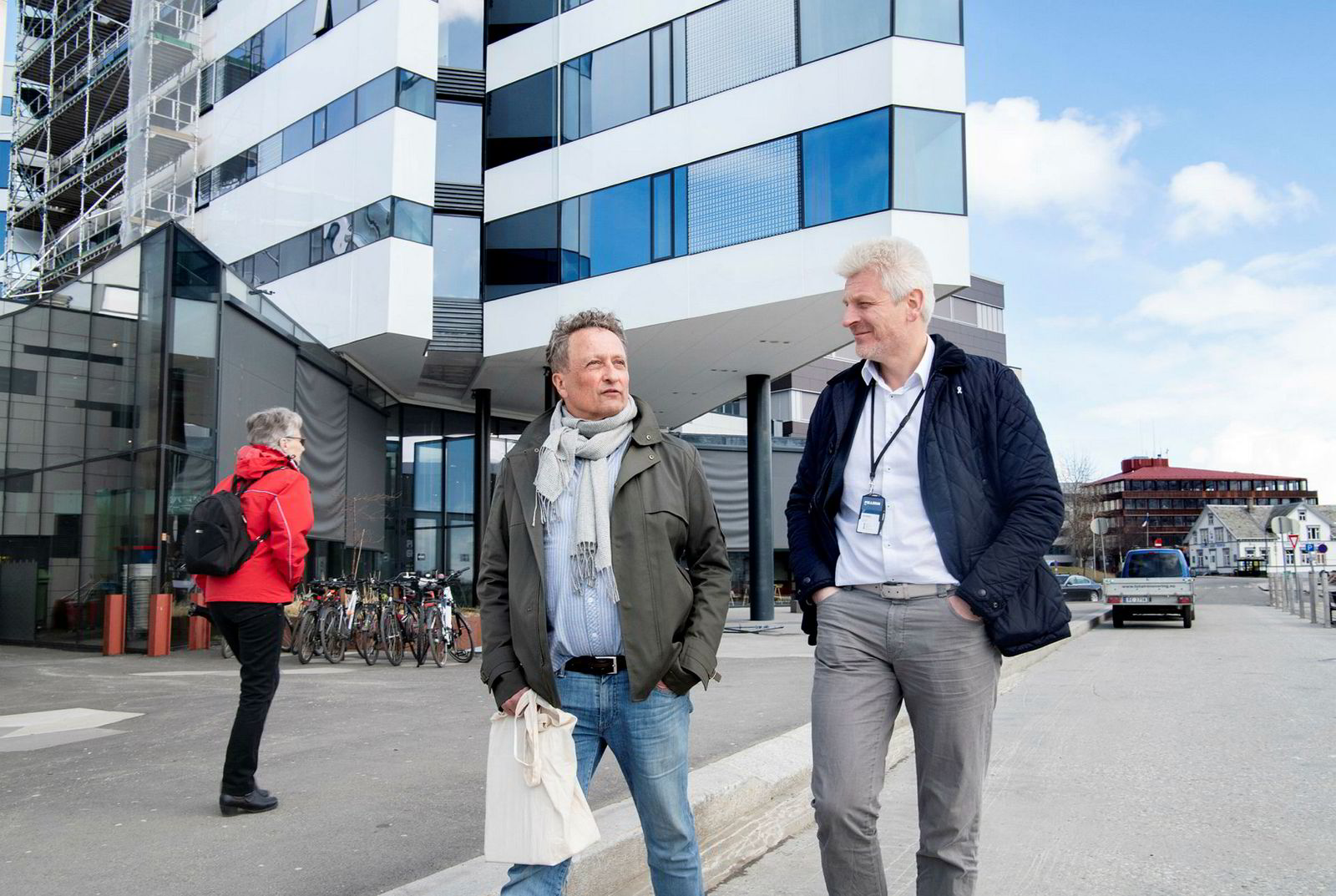 Eier Roar Dons (til venstre) og administrerende direktør Eirik Espejord i eiendomsselskapet Pellerin går langs kaia i Tromsø foran hotellet The Edge, som selskapet eier halvparten av.