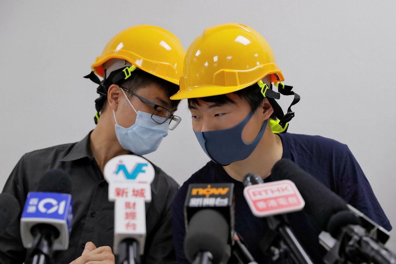 To protestledere, som kalte seg Jerry Chan og Linus Kim, på en pressekonferanse i Hongkong tirsdag.