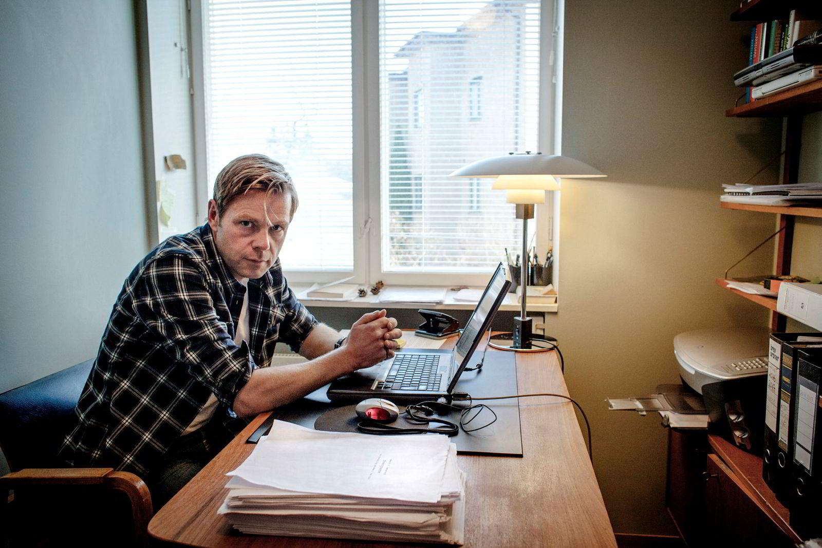 Forfatter Henrik H. Langeland fikk i 2014 i oppdrag å skrive historien om Aker. Utgivelsen av boken er stoppet. På pulten ligger bokmanuset.