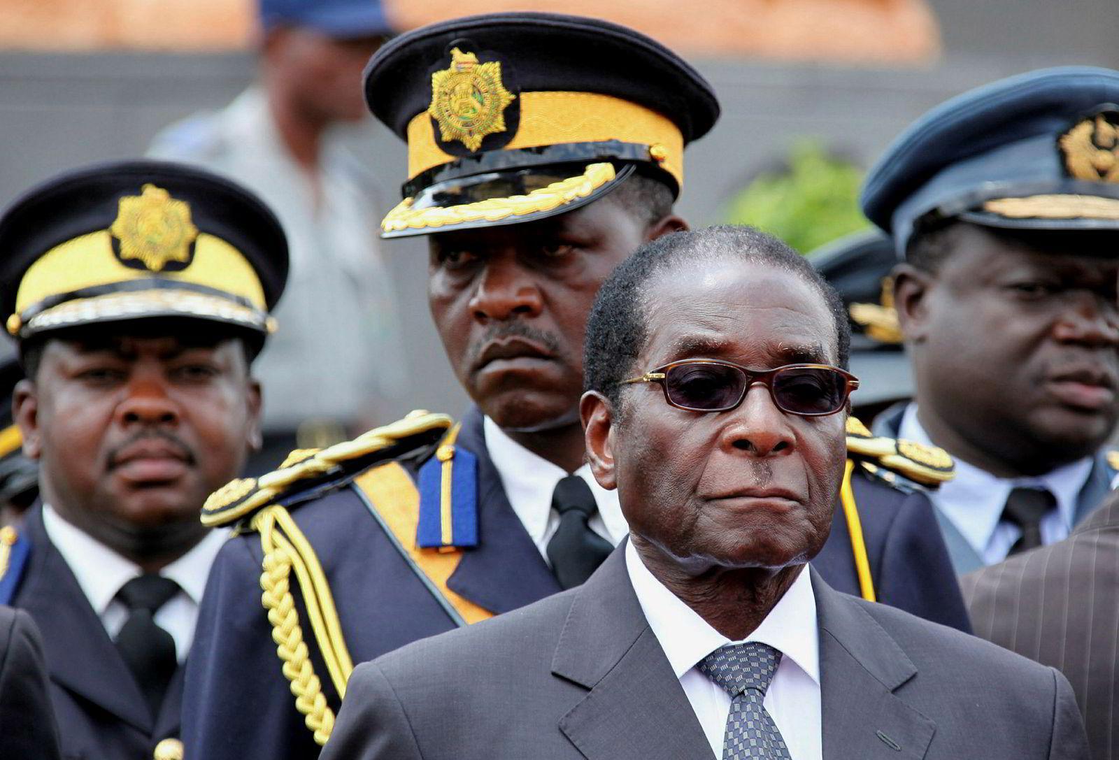 Zimbabwes daværende president Robert Mugabe (foran) under en begravelse i Harare i 2009.