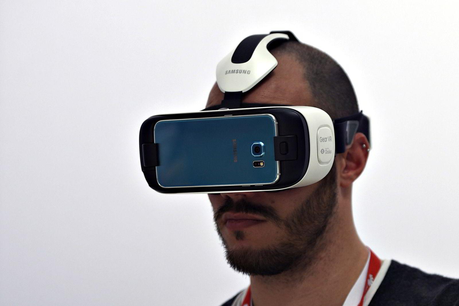 02.02.15: Slik ser Gear VR ut i bruk. Foto: SCANPIX / AFP PHOTO / LLUIS GENE