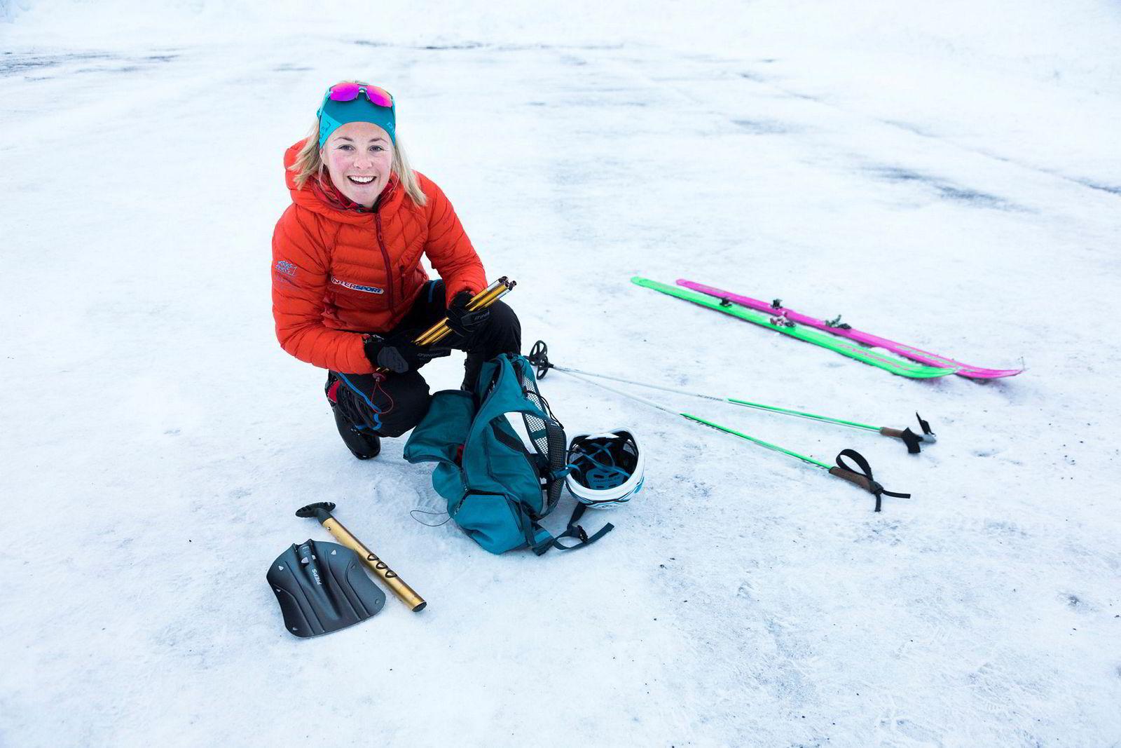 I sekken ligger som oftest ikke mer enn hjelm, lette klær, skredutstyr, spade og søkestang. Skiene veier ikke mer enn 690 gram.