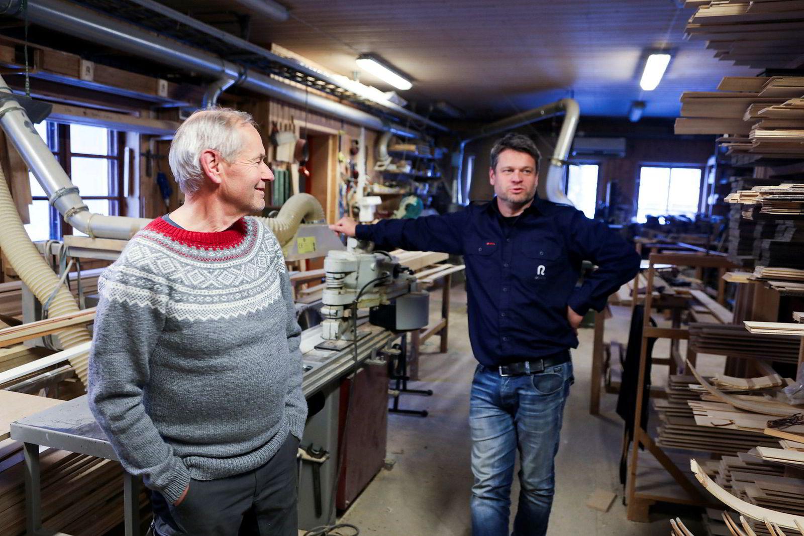 Treskimaker Ulf Rønning har overlatt ansvaret for Rønning Ski til sin sønn Jonas Rønning. Her er de i verkstedet som har laget tusenvis av ski siden oppstarten midt på 30-tallet.