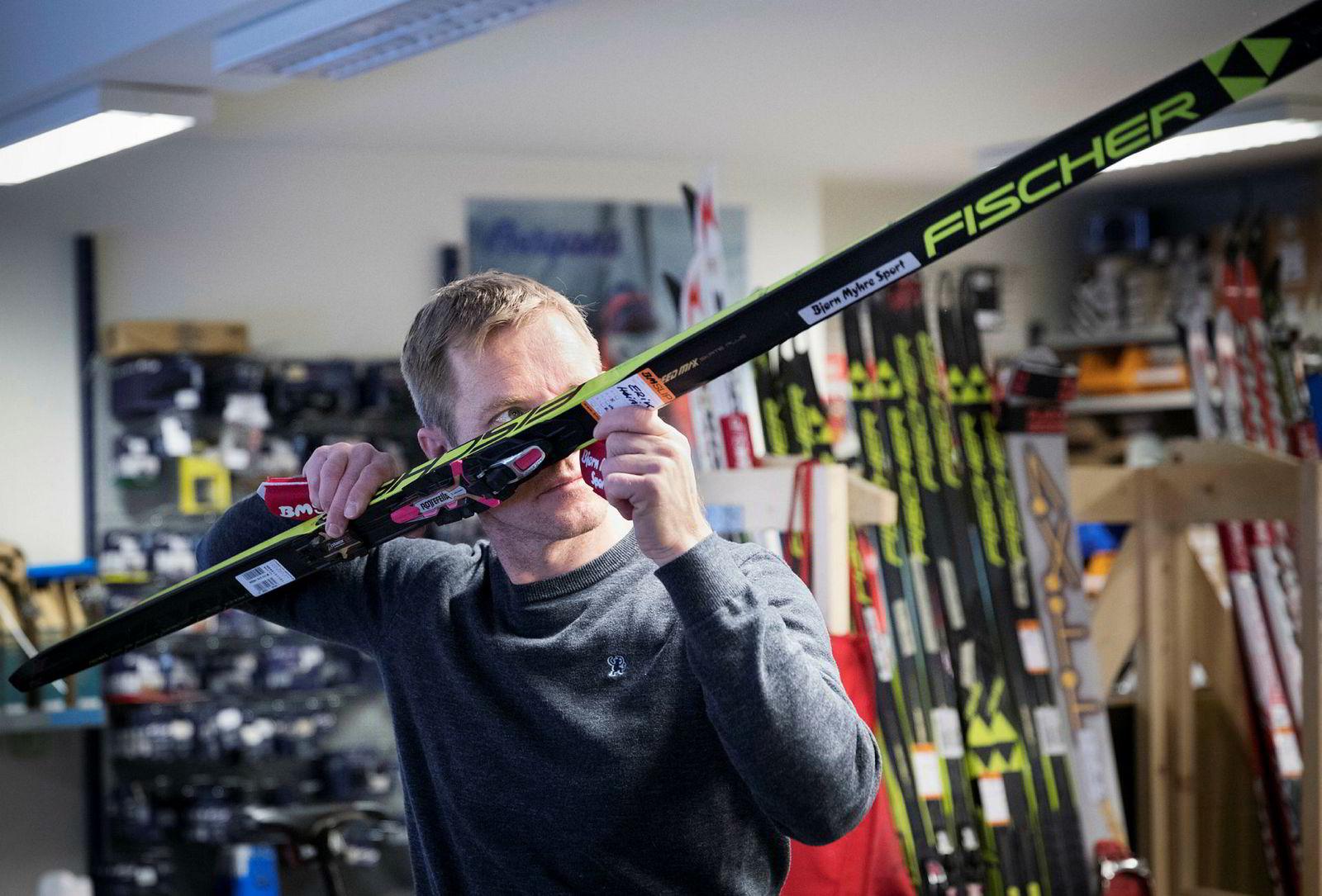 Rune Høiås i Bjørn Myhre Sport sjekker slipen på en ski.