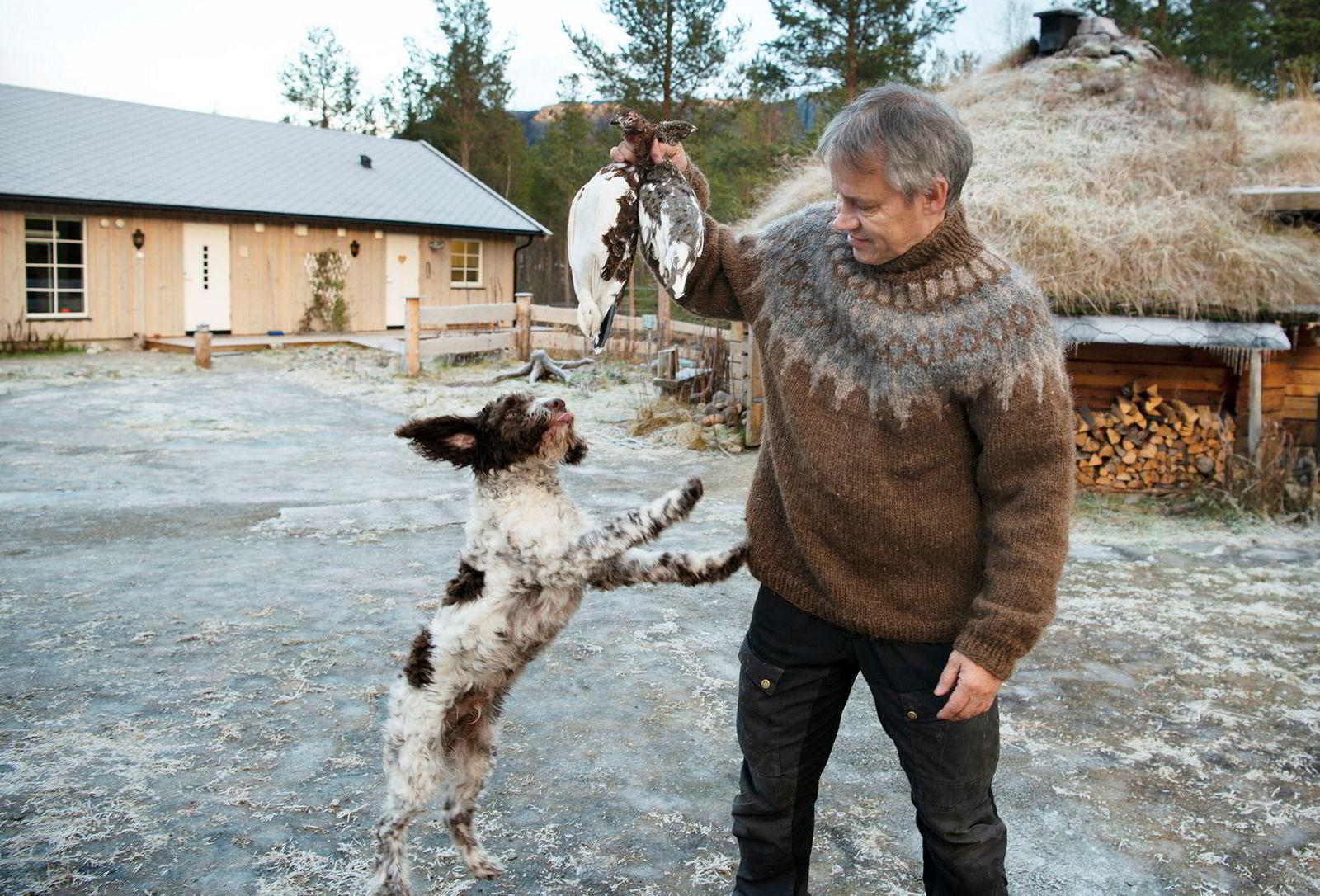 Kokk Johnny Trasti sammen med to ryper og den italienske vannhunden Barolo, oppkalt etter en god årgang.
