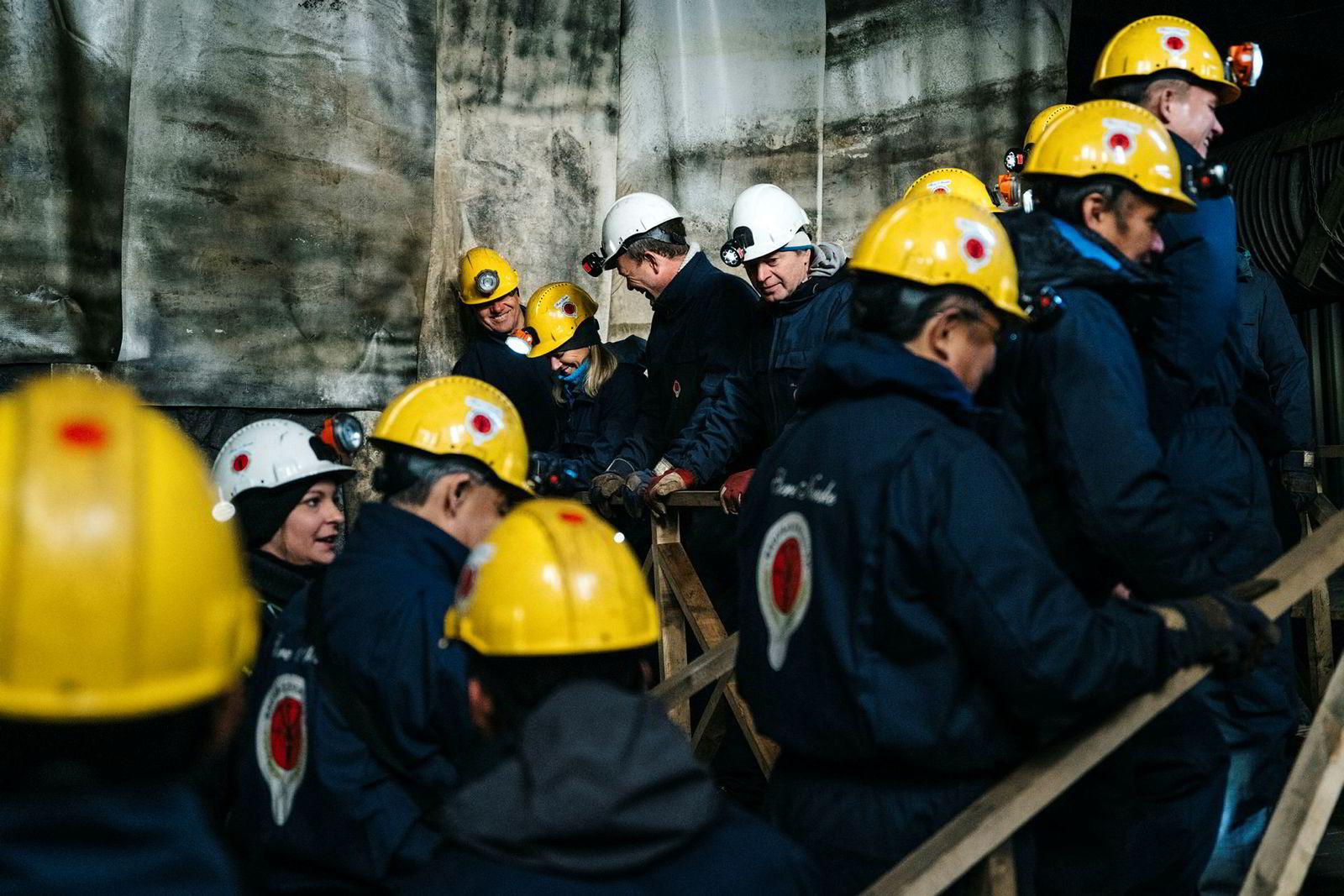Guide Camilla Røhne (til venstre i hvit hjelm) leder gruppen fra Idemitsu Petroleum inn i nedlagte Gruve 3 rett utenfor Longyearbyen.