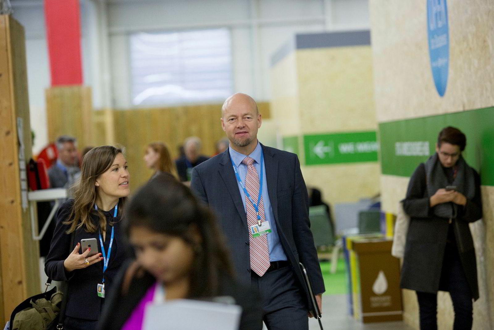 Presseansvarlig Marthe Skaar i Norges Bank og leder for Statens pensjonsfond utland Yngve Slyngstad, på OECD-møte i Paris i 2015.
