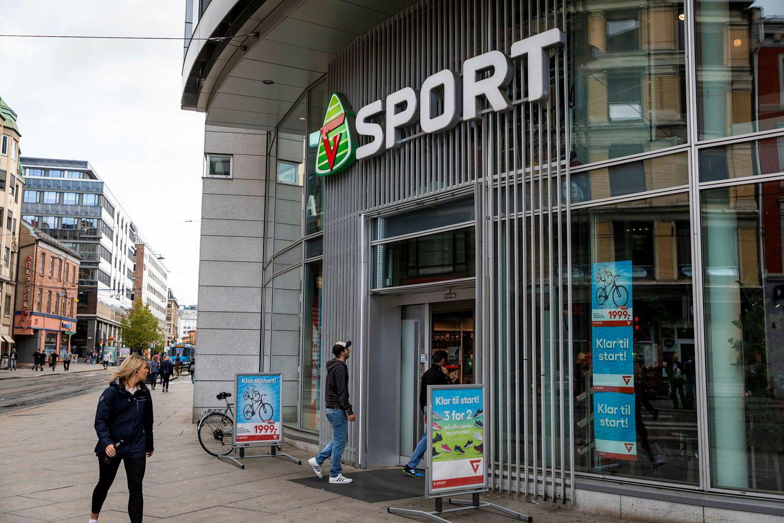 Etter over 100 år med butikkdrift er det nå over og ut for G-sport og G-Max. Butikker som denne i Storgata i Oslo skal nå skiltes om til Intersport-butikker.